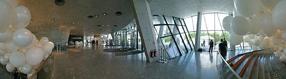 Weiße Ballons im Eingangsbereich