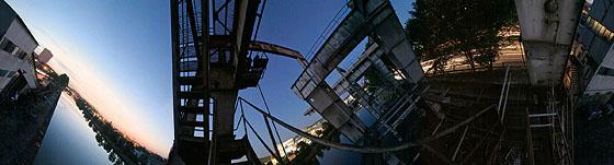 Auf einer Zugangstreppe