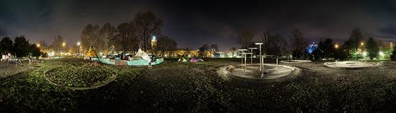 Zeltdorf und Brunnen leuchten